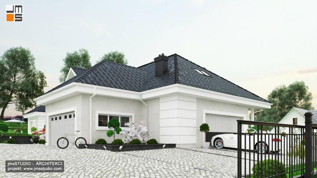 Boniowanie i gzymsy są prostą dekoracja jasnej elewacji w projekcie budynku z antracytowym dachem w Krakowie