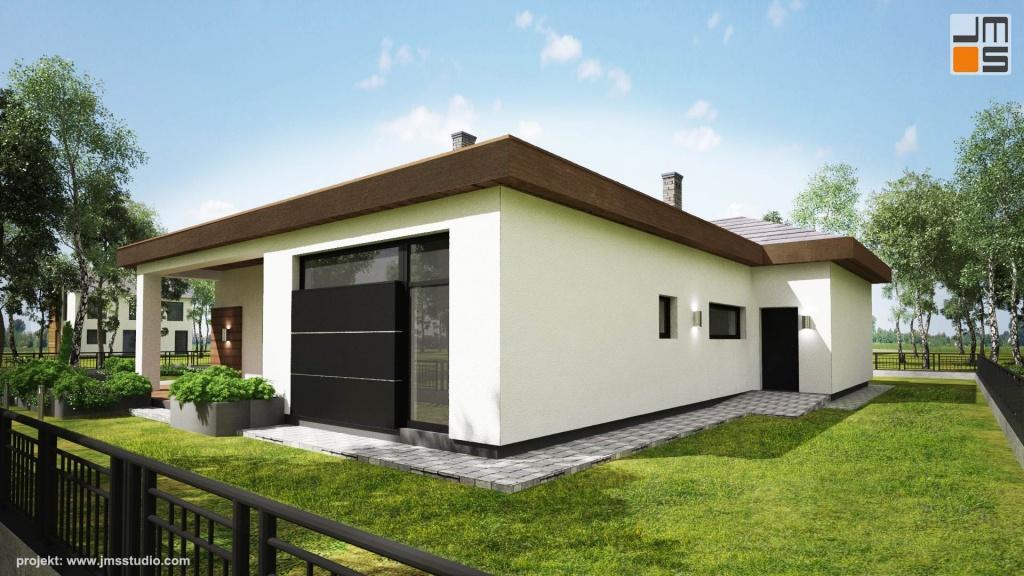 Elewacja garażu zwrócona w stronę działki sąsiedniej i mało widoczna została zaprojektowana jako prosta w białym tynku by nie generować zbędnych kosztów.