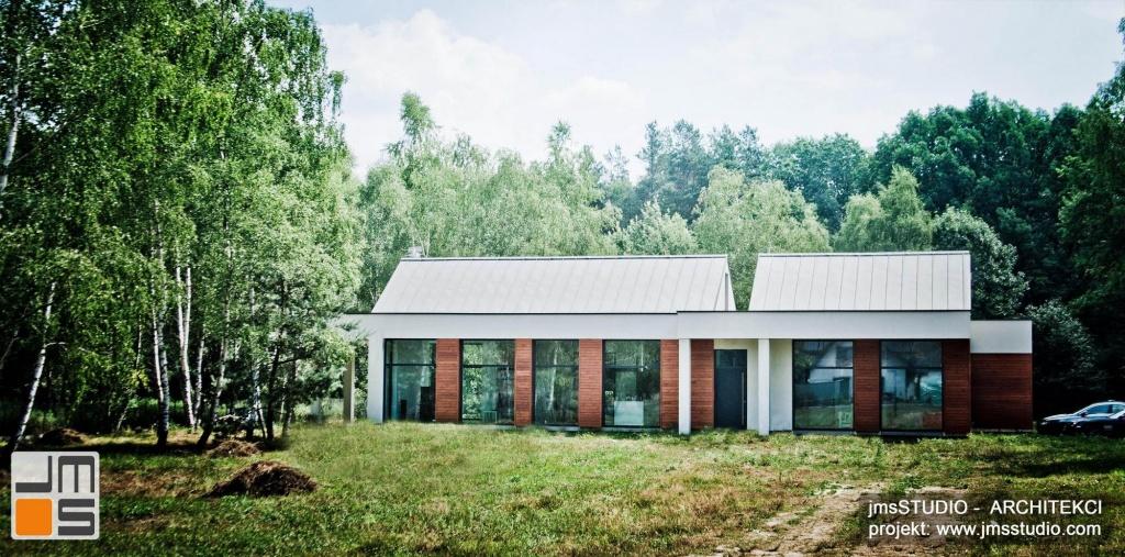 projekt nowoczesnego domu z dużymi przeszkleniami i drewnem na elewacji pod Brzeskiem