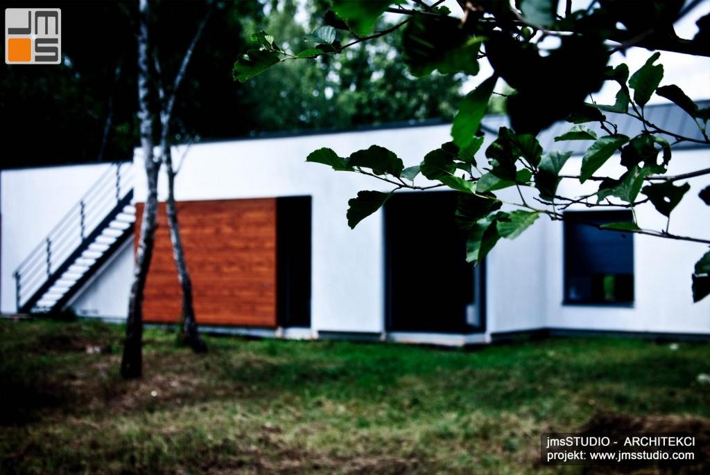 projekt tego nowoczesnego prostego domu pod Brzeskiem zakładał zachowanie drzew na nietypowej działce