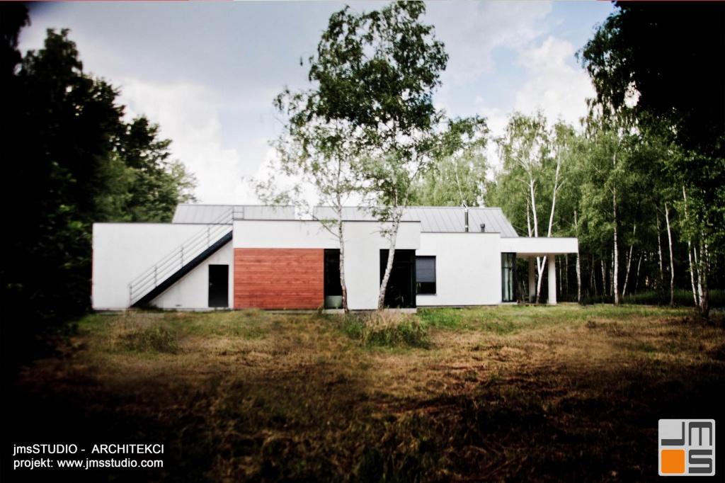 projekt nowoczesnego domu z dużymi przeszkleniami elewacja ogrodowa wykończona drewnem i białym tynkiem
