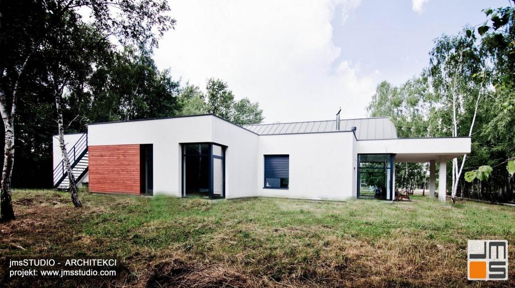 projekt nowoczesnego domu z dużymi przeszkleniami drewnem na elewacji i płaskim dachem tarasu pod Brzeskiem