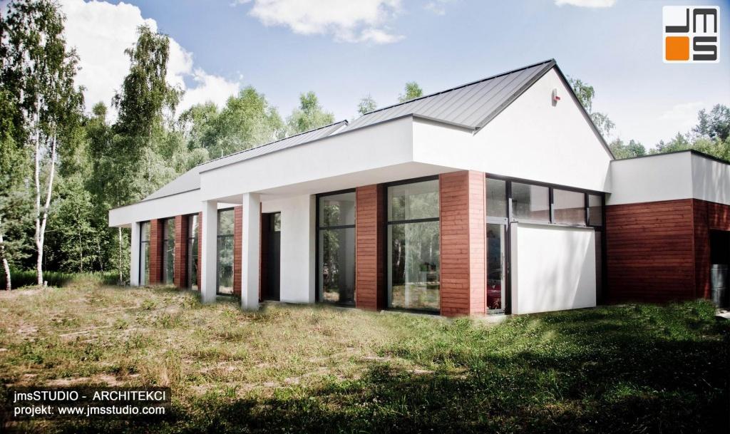nietypowy projekt nowoczesnego domu pod Brzeskiem z prostym pomysłem na elewacje z dużymi oknami