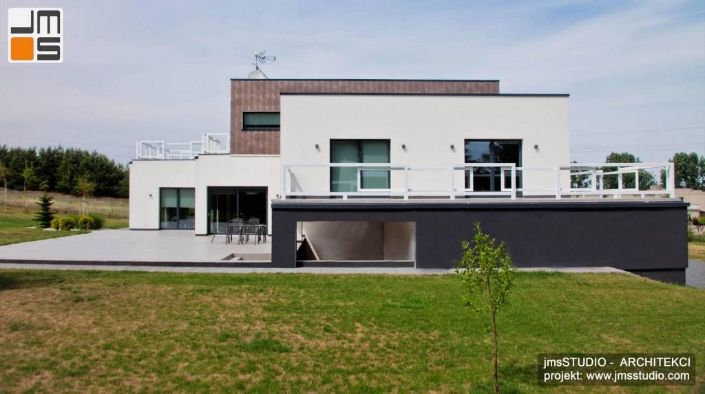 Architekt Kraków na nowoczesny projekt domu pod Poznaniem na działkę ze skarpą składa się kilka prostych brył tworzących elewacje