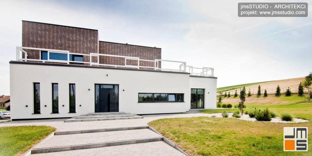 Architekt Kraków projekt dużego ekskluzywnego domu z ciekawym detalem elewacją w kolorze białym z pionowymi oknami w stolarce aluminiowej pod Poznaniem