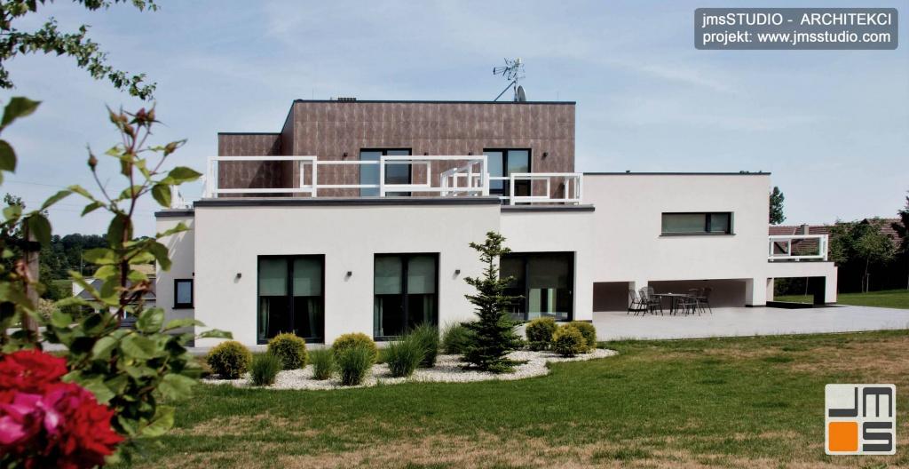 Projwkt dużego nowoczesnego domu z designerskimi elewacjami i z płaskim dachem pod Poznaniem - zdjęcia z realizacji