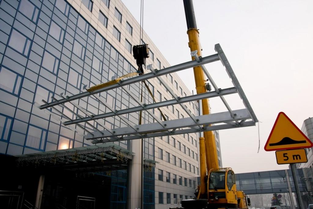 Budowa reklamy świetlnej LED na dachu budynku w Katowicach
