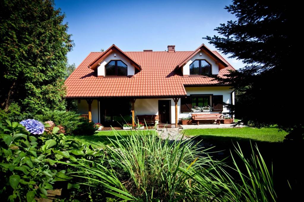 Architekt Kraków projekt przebudowy domu klasycznego rustykalnego w górach, dom z werandą na działce ze spadkiem