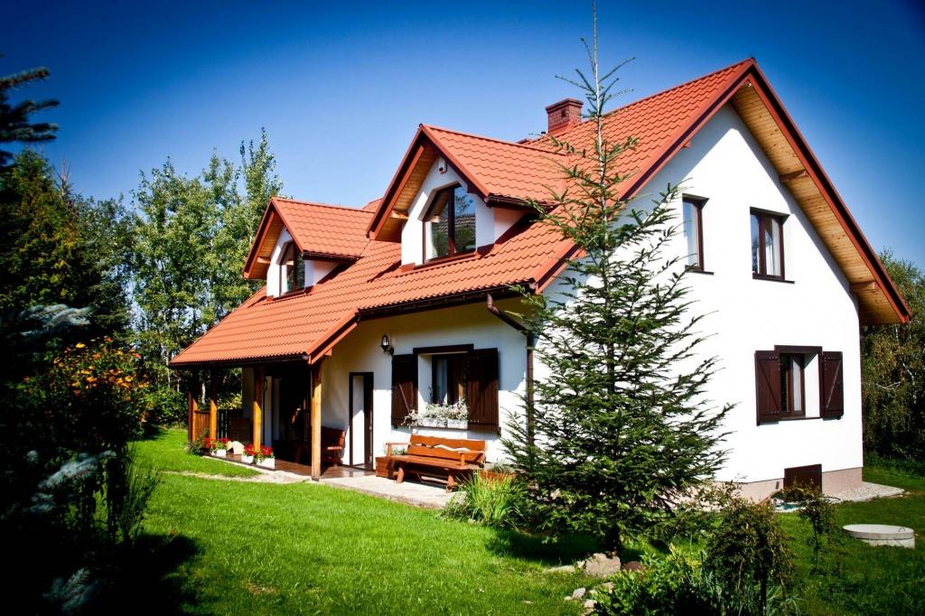 Piękne siedlisko w górach. Architekt Kraków projekt przebudowy domu klasycznego rustykalnego w górach, dom z werandą na działce ze spadkiem