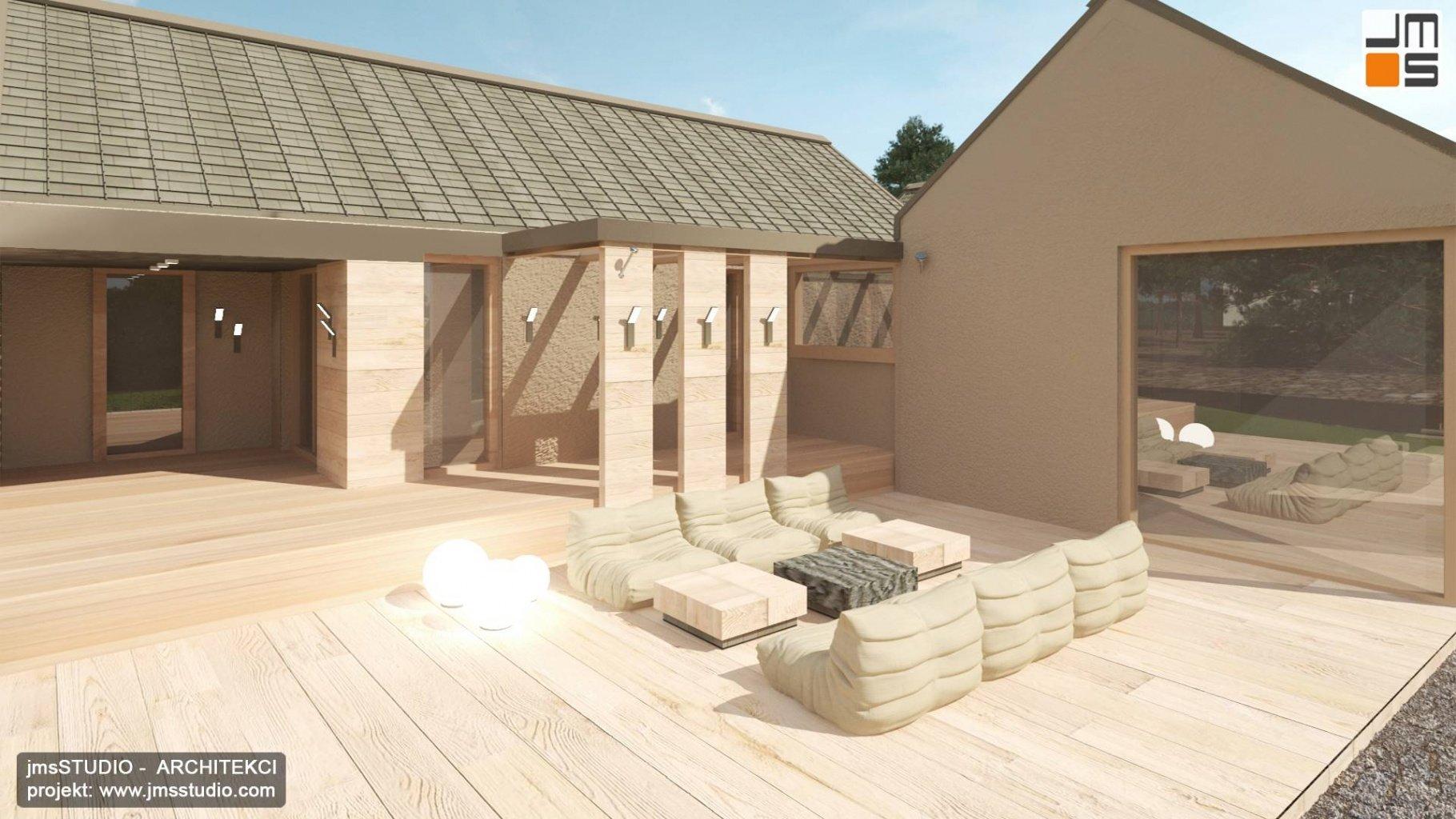 Duży dwupoziomowy  taras drewniany z pomysłem na oświetlenie elewacji i meble ogrodowe