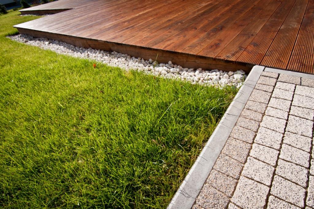 Naturalne materiały w ogrodzie przy nowoczesnym budynku
