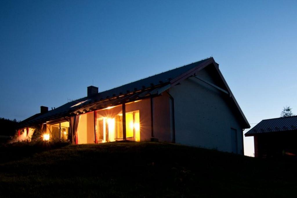 Nowoczesny i prosty dom położony na dużej skarpie