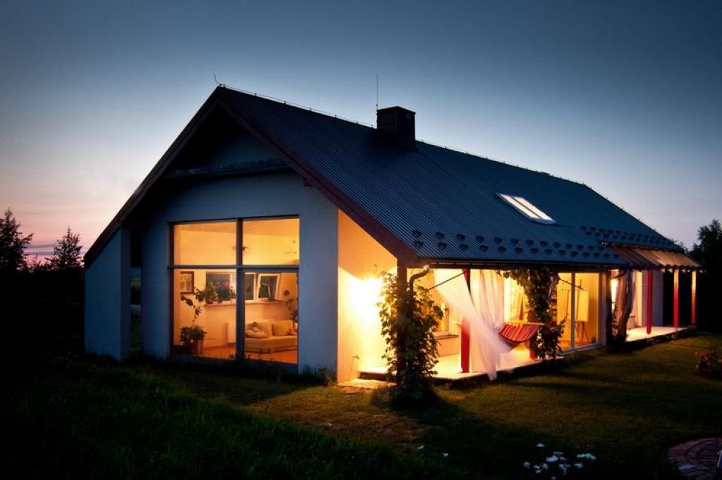 Parterowy dom jednorodzinny z tarasem i dużymi oknami
