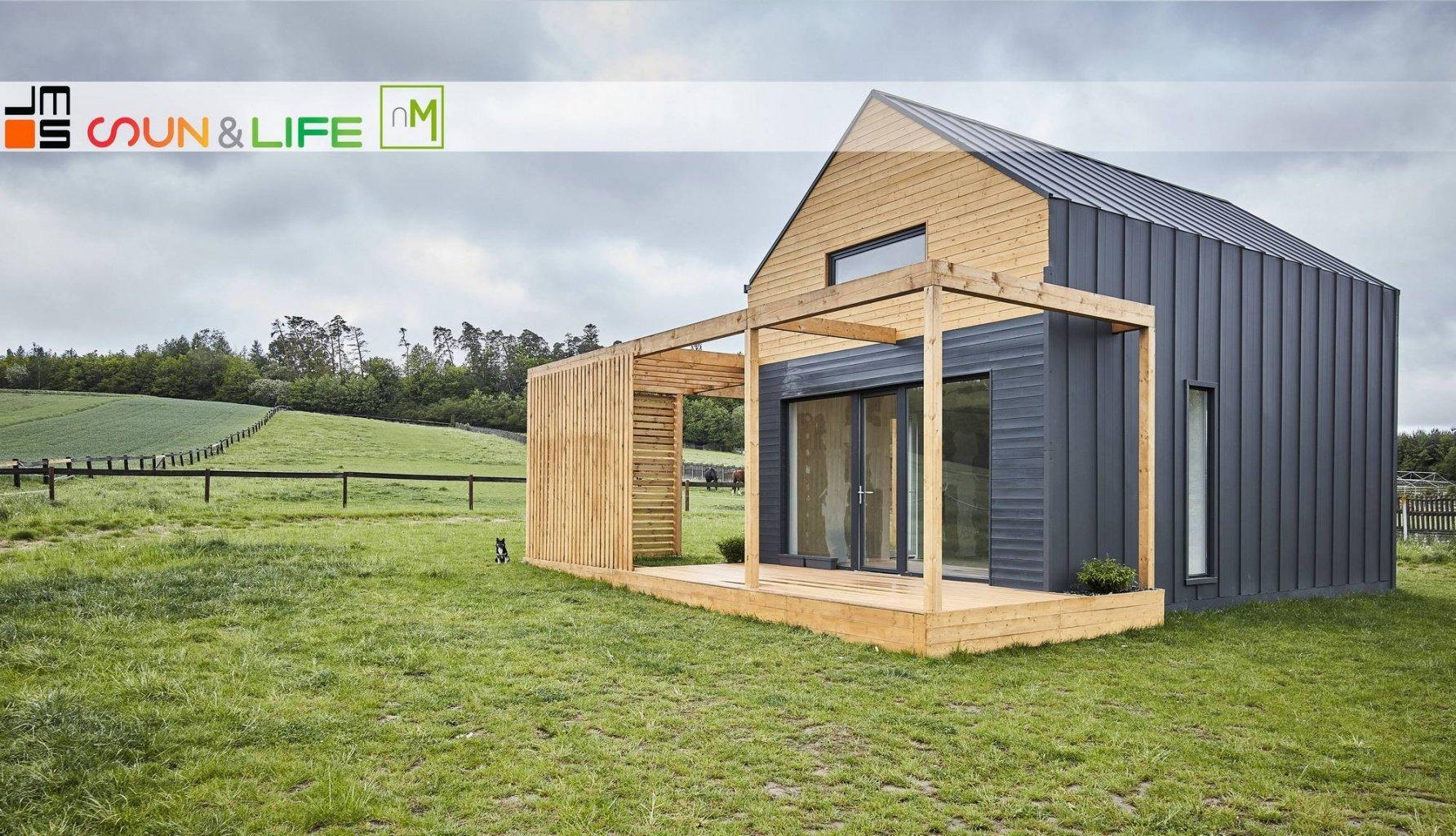 Projekt małego domu modułowego na Śląsku, czyli mały dom modułowy z tarasem i drewnem na elewacji  to idealny dom wypoczynkowy na wieś